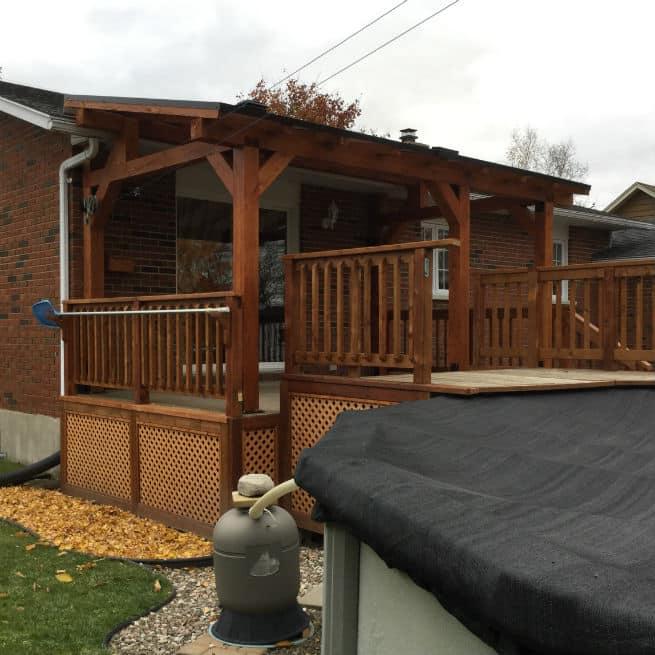 Abri terrasse en bois avec panneaux de polycarbonate au toit