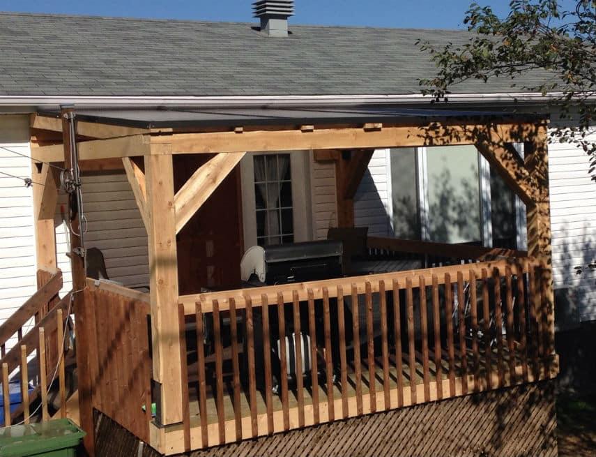 Petit auvent de balcon blanc en cèdre avec toit en lexan