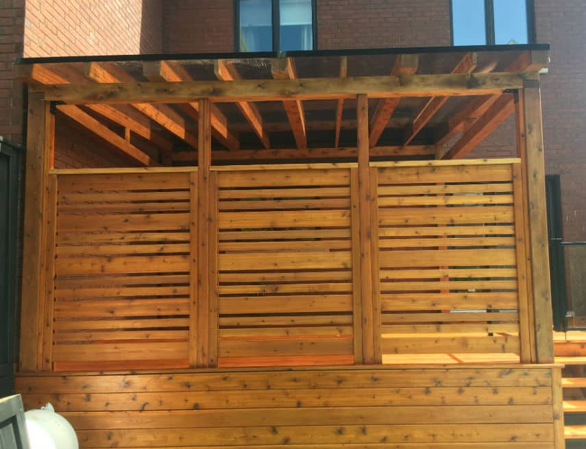 Abri solto avec muret d'intimité en bois