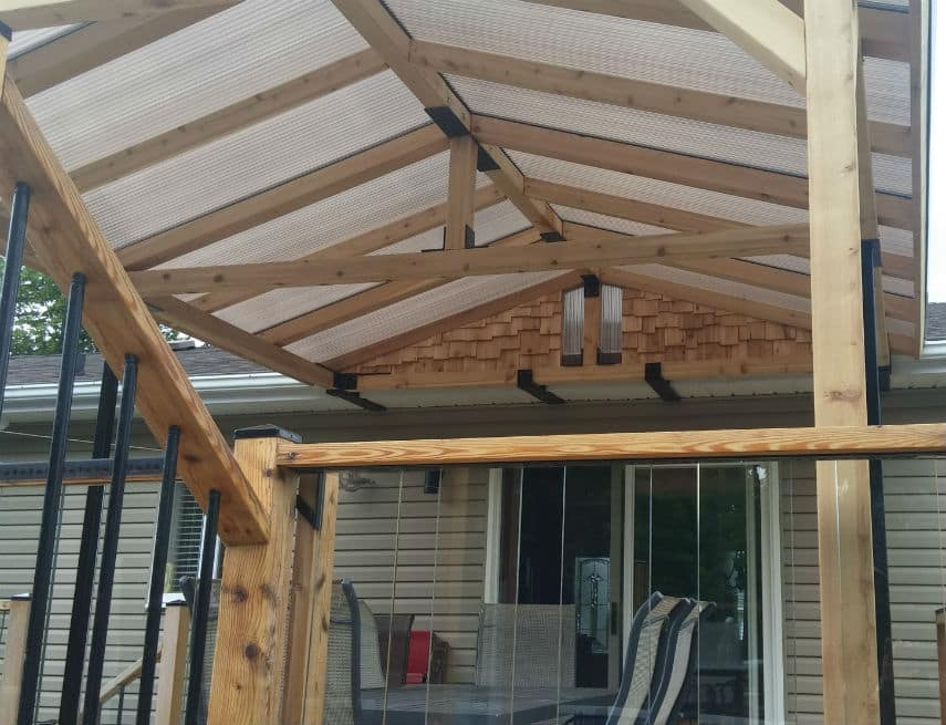 Vue intérieur d'un toit en polycarbonate sur un balcon