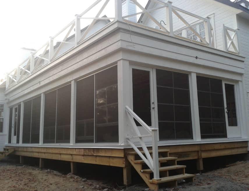Suberbe véranda sous un balcon de 26' x 14'