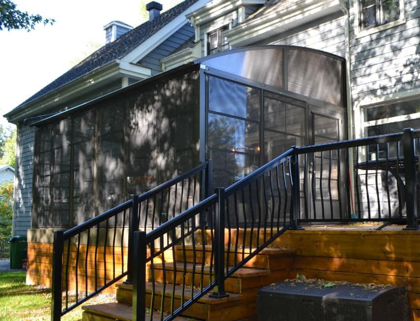 Solarium sur balcon de bois