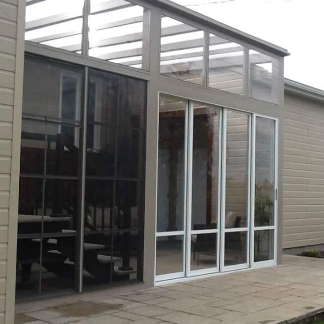 Solarium avec portes d'acrylique coulissante