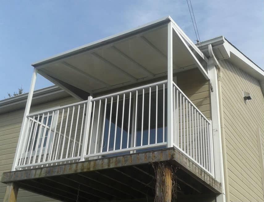 Auvent de balcon blanc avec rampe à barreaux