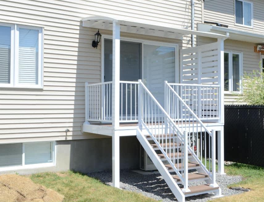Petit auvent de balcon blanc avec mur intimité