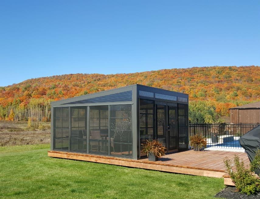 Abri de jardin avec fenêtres coulissante et fenêtres guillotne