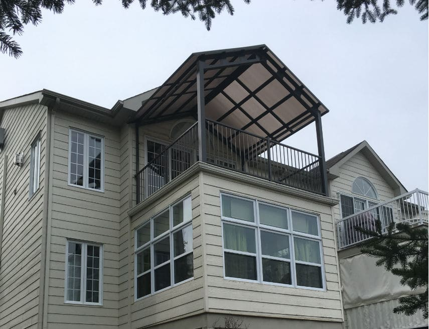 Auvent construit sur un balcon de béton