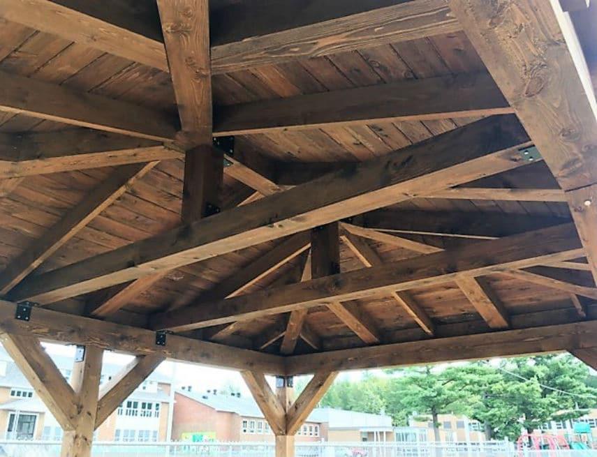 Véranda qui est le mixte parfait entre le bois et le polymère