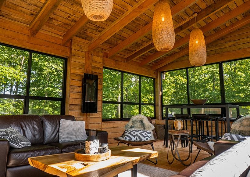 Belle véranda en bois fermée avec fenêtres 3 saisons