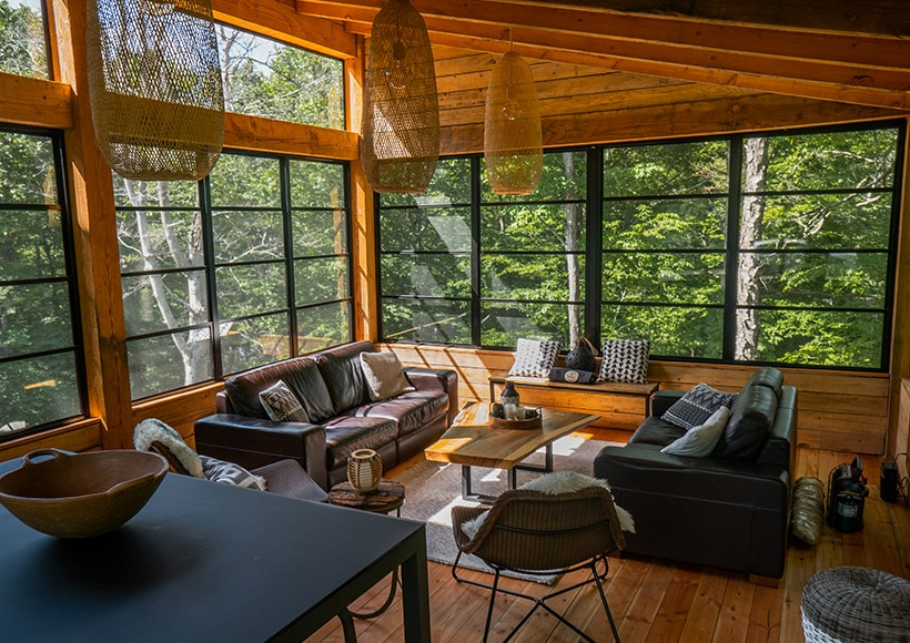 Vue intérieur d'une véranda en bois fermée avec fenêtres 3 saisons