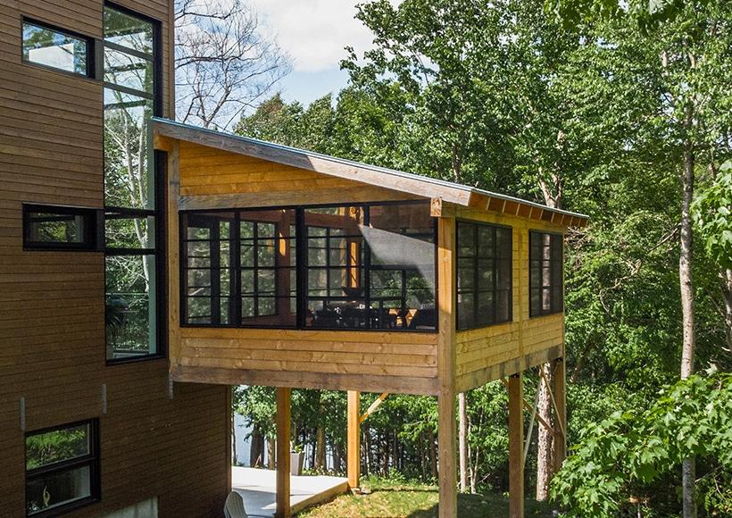Véranda en bois fermée avec fenêtres 3 saisons