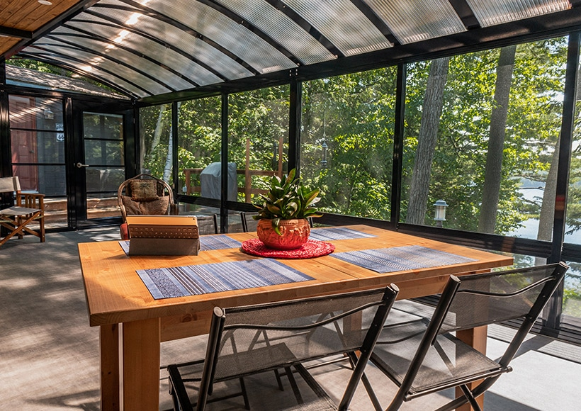 Vue extétieur d'une véranda avec toit en bardeau et fenêtres en vinyle à Terrebonne